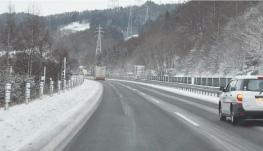 路面凍結を防ぐ為に、道路に敷かれる「融雪剤」